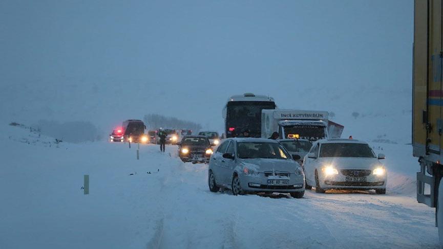 Yurt genelinde etkili olan kar nedeniyle bazı yollar ulaşıma kapandı
