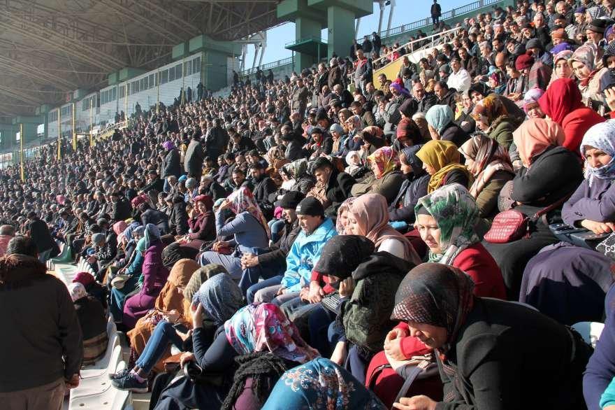 Soğuk havada stadyumu dolduranlar umutla isimlerinin okunmasını bekledi. Foto: DHA