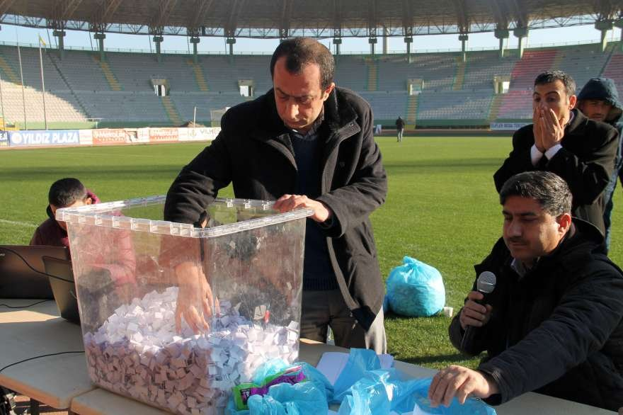 Başvuran sayısı çok olunca işe alınacaklar stadyumda yapılan çekilişle belirlendi Foto: DHA