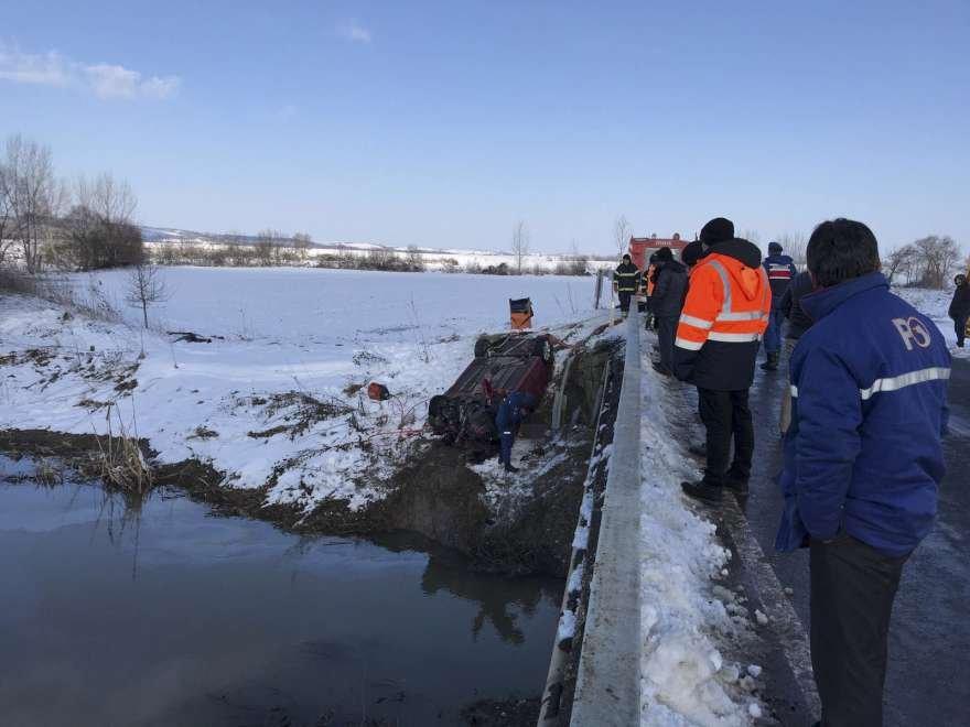 İçinde 8 kişi bulunan otomobil kontrolden çıkıp dereye uçtu. Foto: DHA