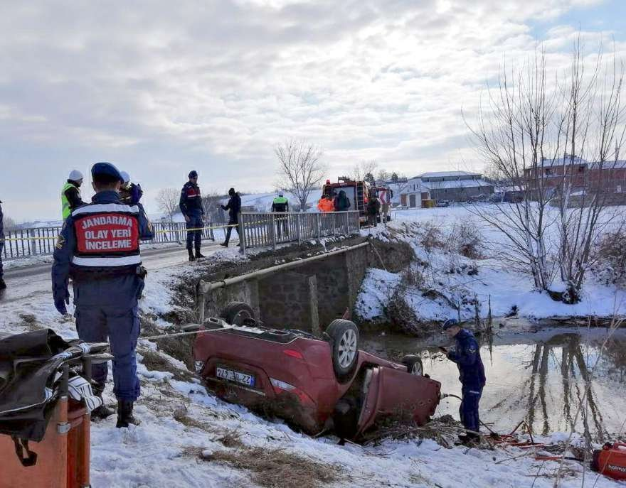 Olay yerine giden kurtarma ekipleri suya gömülen aracı çıkardı. foto DHA