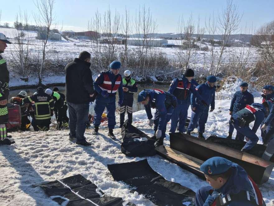 Araçta bulunan 4'ü çocuk 8 kişi yaşamını yitirdi. Foto: DHA