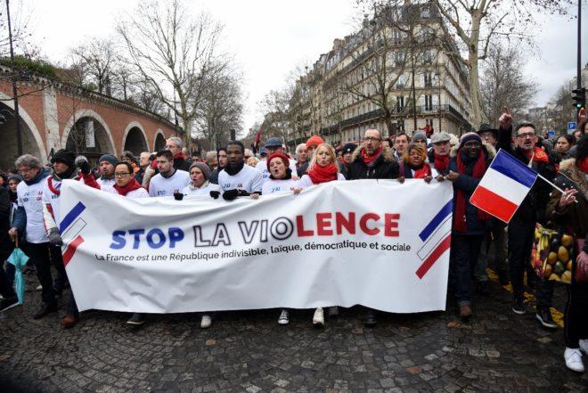 Kırmızı Fularlılar 'Şiddeti durdurun' pankartları taşıdı.
