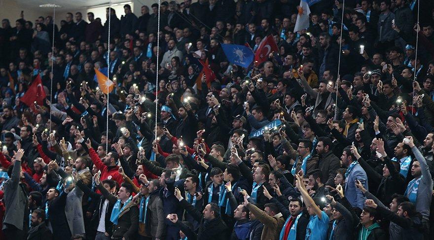 Partililer aday tanıtımın yapılacak toplantı salonu doldurdu. Foto: AA
