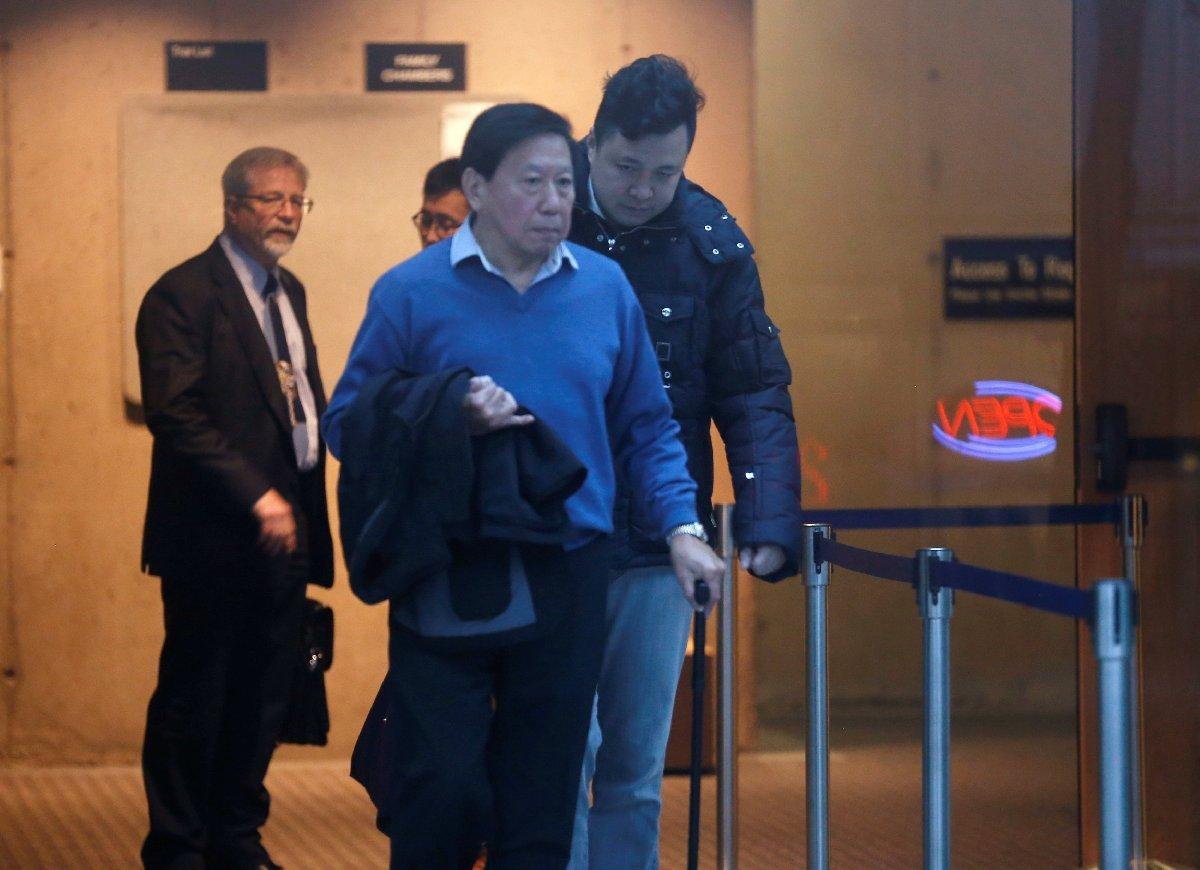 Mıng'ın kocası Liu Xiaozong (sağda) mahkeme önünde… Fotoğraf: Reuters