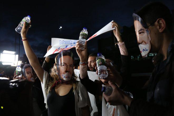 Göstericiler Başsavcı maskeleri taktı.