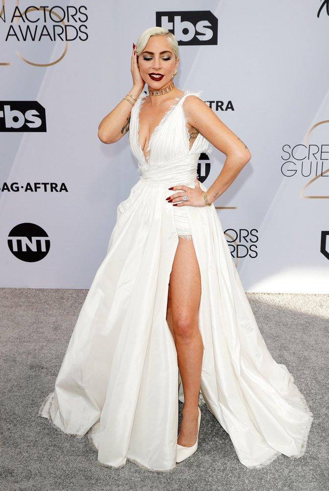 Törenden eli boş dönen Lady Gaga, geceye Dior imzalı beyaz bir elbise ile katıldı. Kıyafet, markanın geçtiğimiz gün defilesini gerçekleştirdiği 2019 İlkbahar Yaz koleksiyonundan...