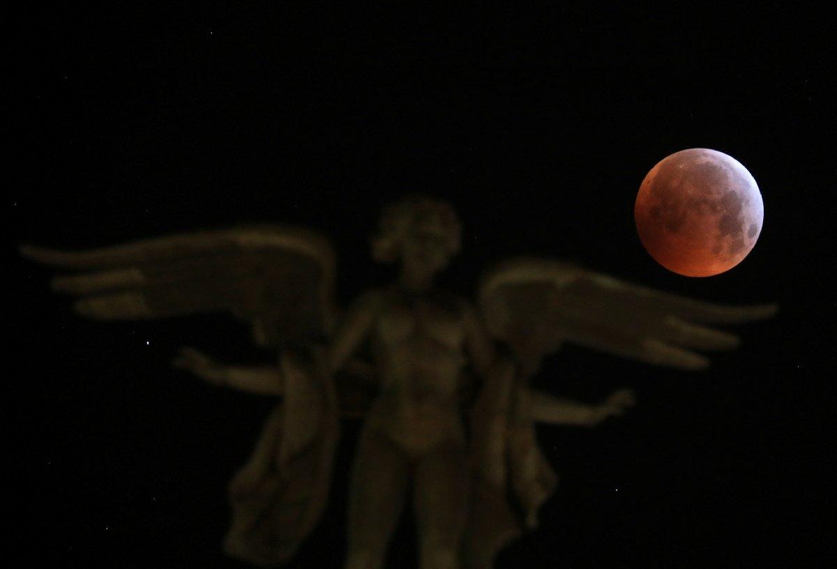 İspanya'nın başkenti Madrid'de kanlı Ay tutulması böyle görüntülendi.