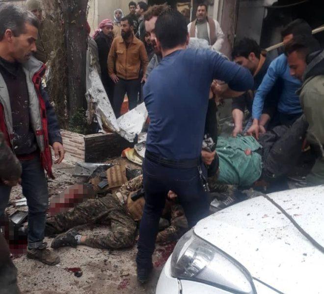 Patlamada yaralananlara çevredekiler müdahale etti.