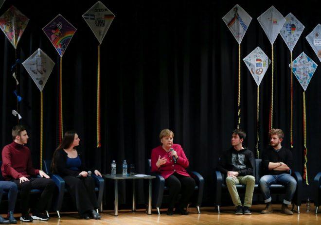 Merkel öğrencilerle bir araya gelerek sohbet etti.