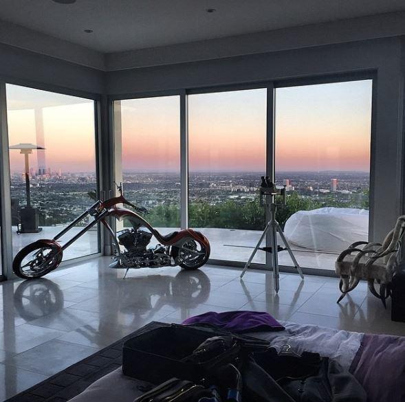 Bilzerian, motosikletini evinin salonunda saklıyor.