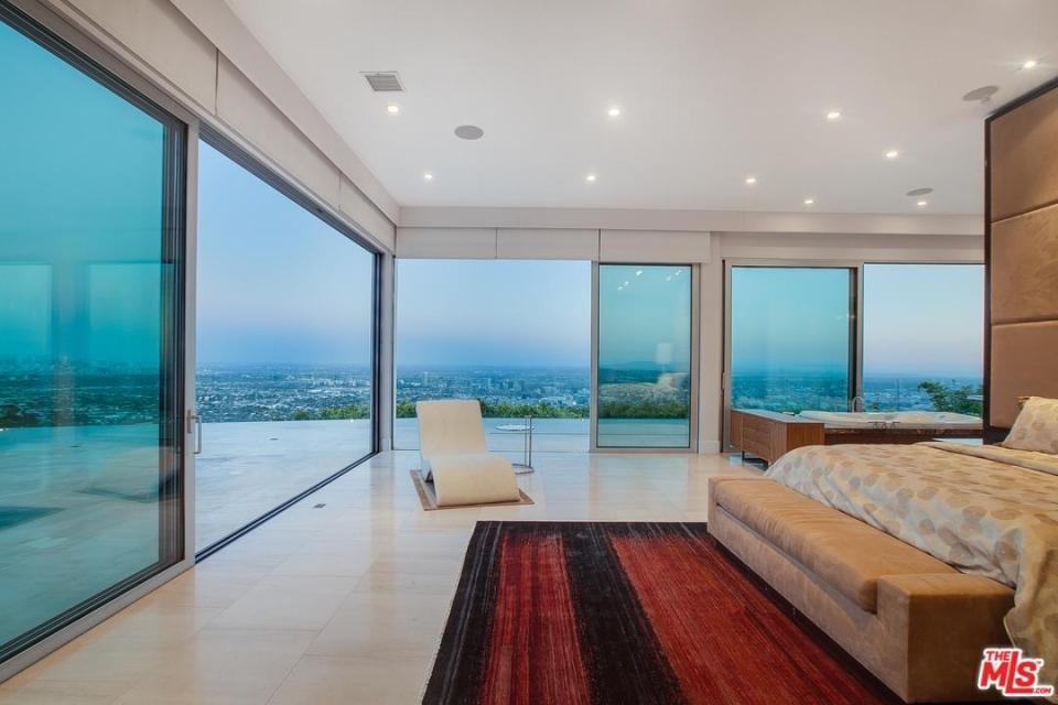 Bilzerian'ın evi Los Angeles şehir manzarasına sahip.