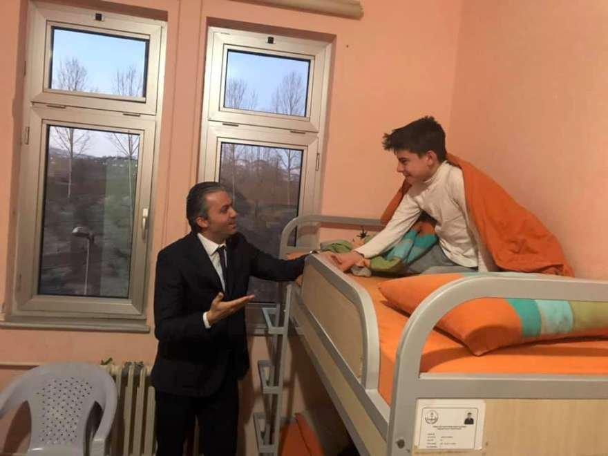 İlçe Milli Eğitim Müdürü Hasan Acu, pansiyonda kalan öğrencilere sabah sürprizi yaptı. Foto: İHA