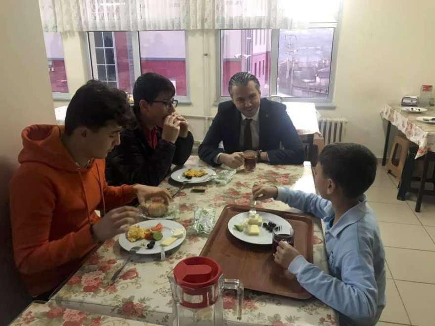 Acu daha sonra öğrencilerle kahvaltı yaptı. Foto: İHA