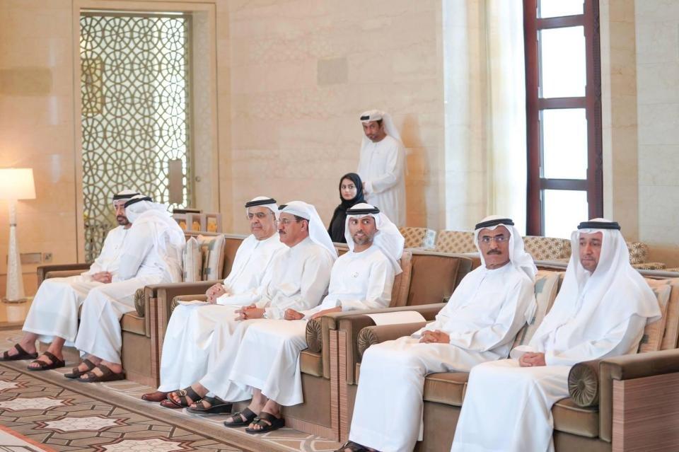 Paylaşılan fotoğraflarda kadınların arka sırada oturması dikkat çekti.