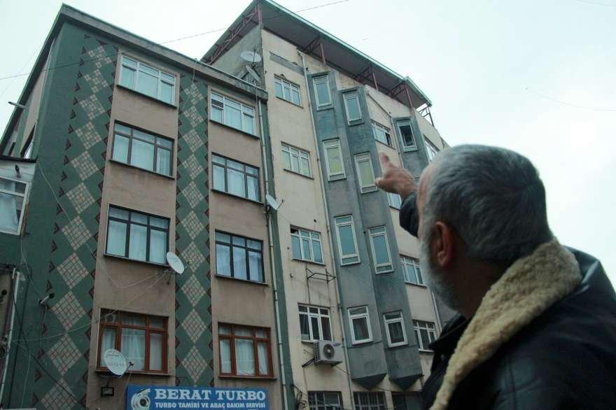 5 katlı binanın çatısı şiddetli lodos nedeniyle uçtu. Foto: DHA