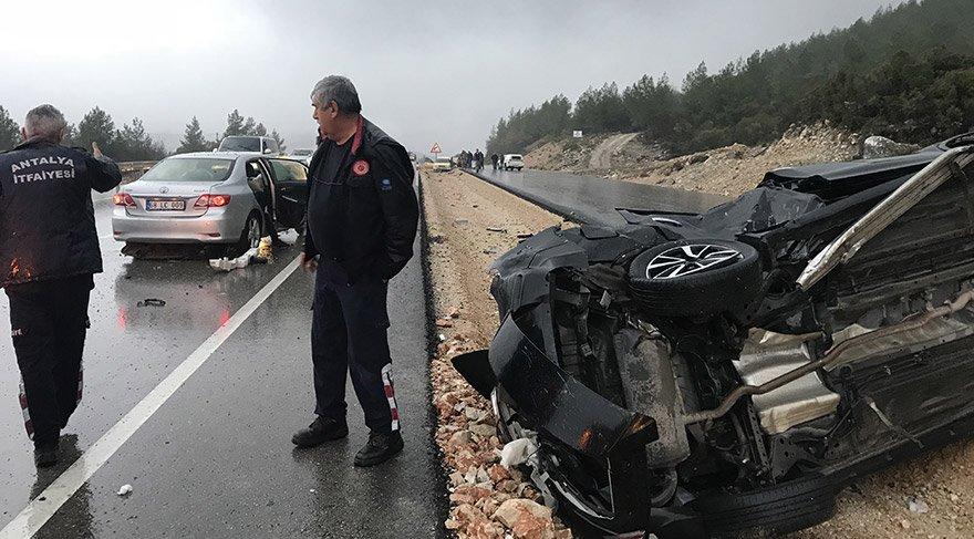 Antalya'nın Kumluca ilçesinde 4 otomobilin karıştığı kazada 1 kişi hayatını kaybetti, 6 kişi yaralandı. FOTOĞRAFLAR:AA