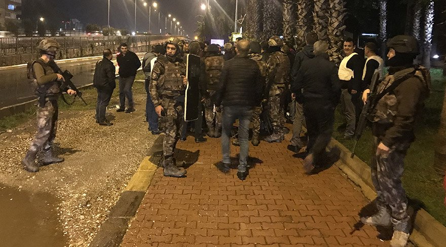 Antalya'da, bir parkta pompalı tüfekle etrafa rastgele ateş eden kişi gözaltına alındı. İhbar üzerine olay yerine özel harekat, terörle mücadele, asayiş ve trafik ekipleri sevk edildi. FOTOĞRAFLAR:AA