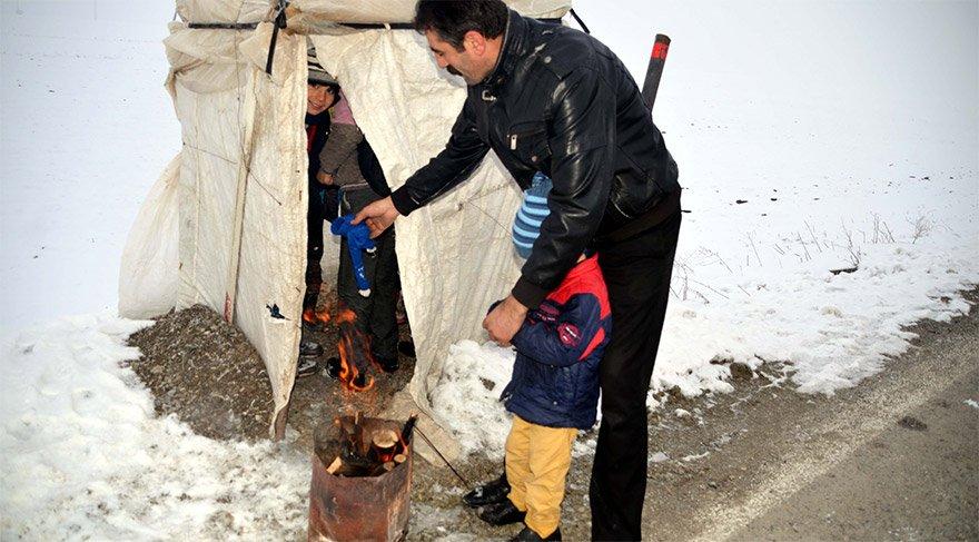 Muş'ta 7 çocuk babası Yakup Engin, taşımalı eğitimle il merkezine giden çocuklarının yolda okul servisi beklerken üşümemeleri için brandadan kulübe inşa etti. Okul servisi beklerken soğuktan etkilenmemesi için yol kenarında kulübe yapan Baba Engin, ateş de yakıyor. FOTO:AA