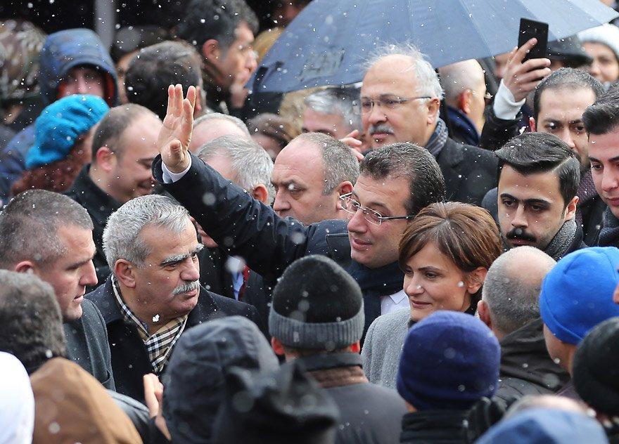 19 Mayıs Mehmet Emin Sungur Kompleksi'ndeki Çocuk Gündüz Bakımevi'nin açılışına katılan CHP'nin İstanbul Büyükşehir Belediye Başkan Adayı Ekrem İmamoğlu, vatandaşlar ile selamlaştı. FOTO:AA