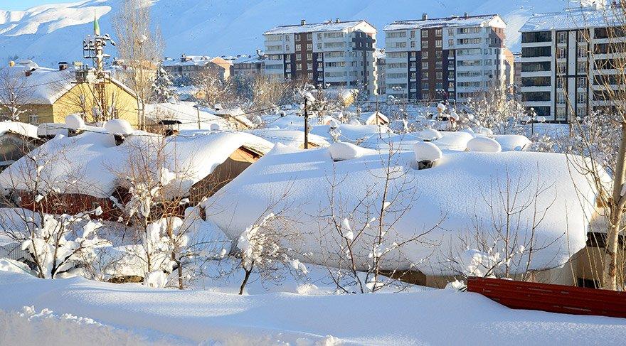 Bitlis'te yoğun yağış nedeniyle kent merkezindeki tek katlı ev ve araçlar adeta kara gömüldü. Yoğun yağıştan dolayı tek katlı evlerin kar altında kalması ilginç görüntü oluşturdu. FOTOĞRAFLAR:AA