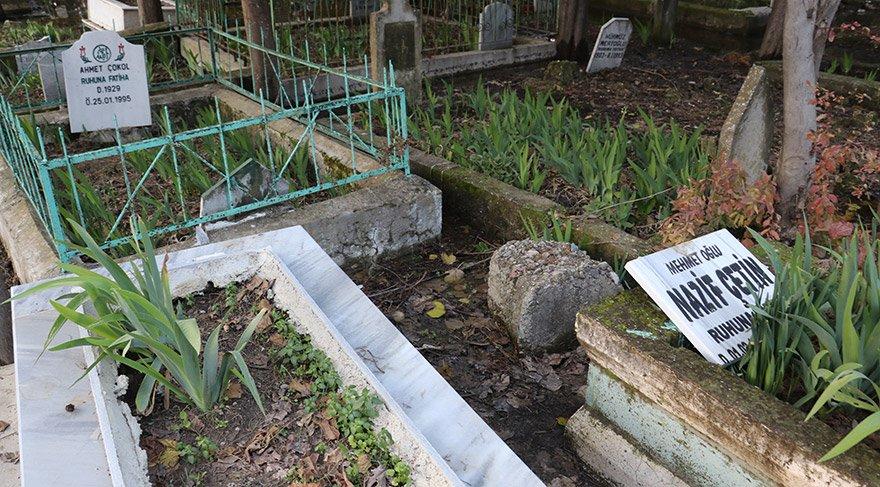 Adana'da bir mezarlıktaki çok sayıda mezar taşı kimliği belirsiz kişilerce kırıldı. İmamoğlu ilçesi Tuna Mahallesi'ndeki mezarlığı ziyaret edenler çok sayıda mezara ve çevresine zarar verildiğini gördü. FOTOĞRAFLAR:AA