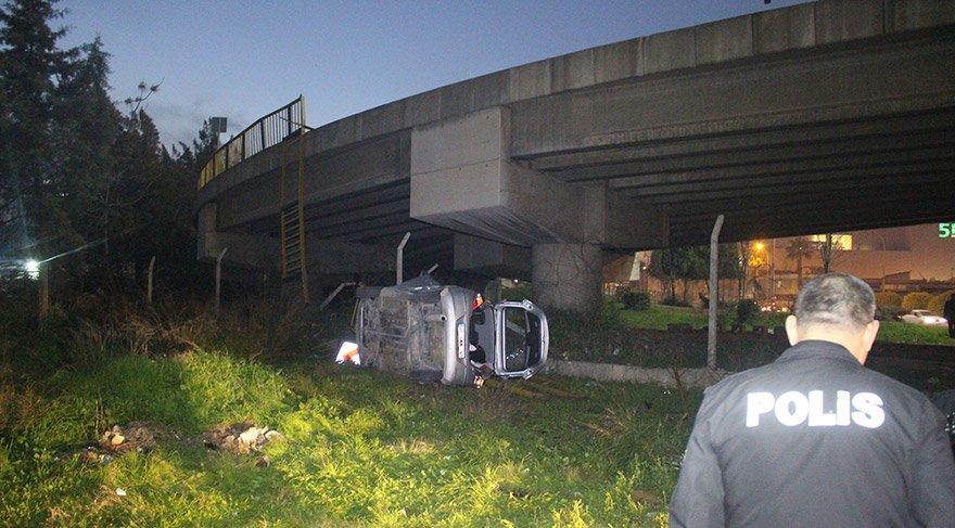 Adana'da yaklaşık 7 metre yükseklikteki köprülü kavşaktan düşen otomobildeki 4 kadın yaralandı. FOTO:AA