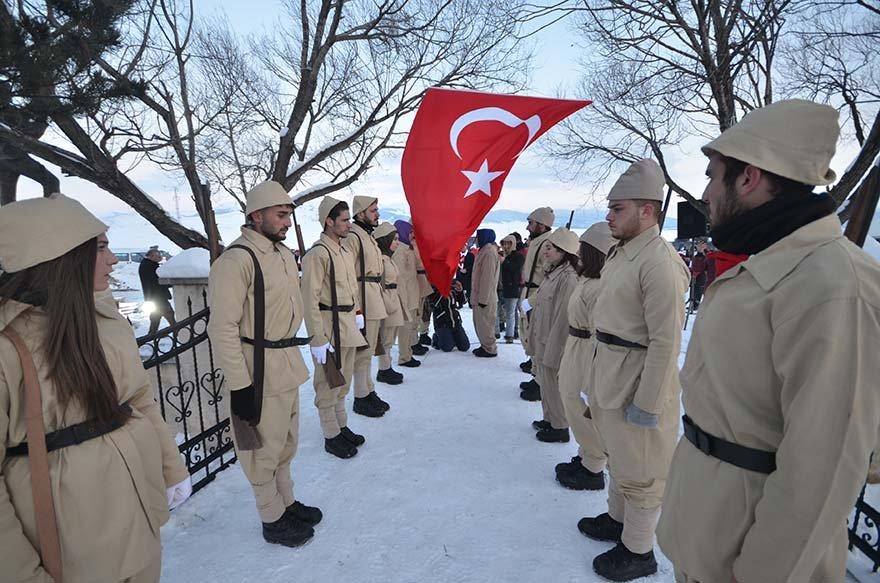 FOTO: AA- Askeri kıyafet giyen öğrenciler temsili olarak nöbet değişerek bayrak teslim aldı.