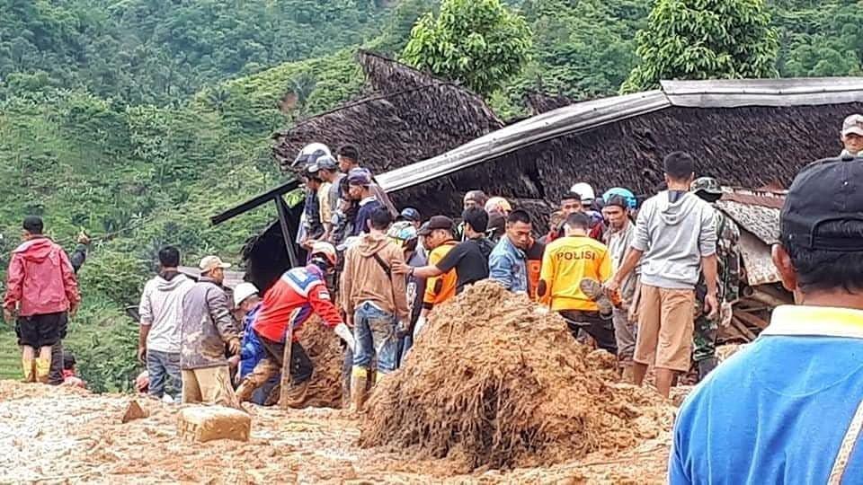 Endonezya'da yaşanan felaketin ardından arama kurtarma çalışmaları devam ediyor.
