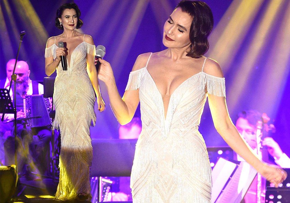 Tasarımcı Tarık Ediz imzalı püsküllü bir elbise tercih eden Şevval Sam en şık kadınlardan biriydi. 1940'ların retro saç modeliyle stilini bütünleyen Şam zarif görünümüyle bizden tam not aldı...