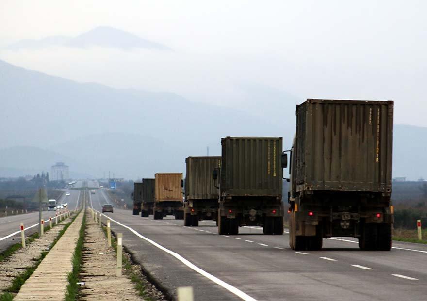FOTO: AA- Suriye sınırındaki birliklere takviye amacıyla Hatay'a gönderilen mühimmat ile malzeme taşıyan askeri araçlardan oluşan konvoy, Gaziantep'e doğru hareket etti