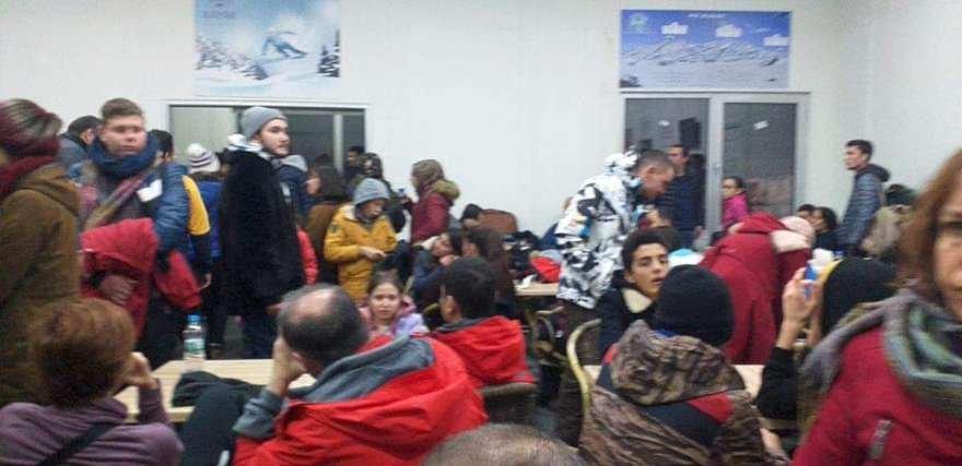 Yoğun kar yağışı ve tipi nedeniyle 200 kişi kayak merkezinde mahsur kalmıştı. Foto: DHA