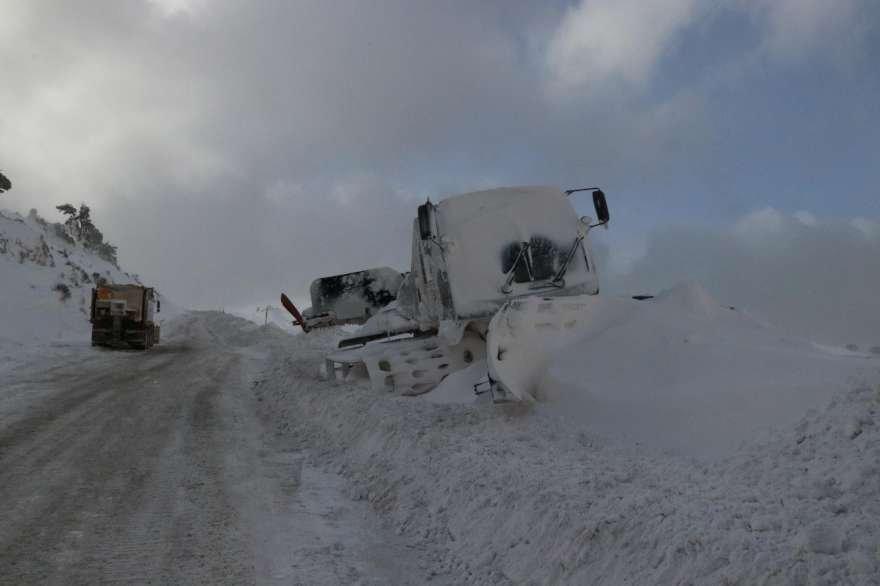 Tipi nedeniyle bazı araçların yolda kkaldığı görüldü. Foto DHA