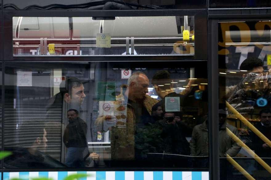 Olaya yerine gelen polis otobüsteki erkek yolcuların üzerini ararken kadın yolcular birlerini aradı. Foto: DHA