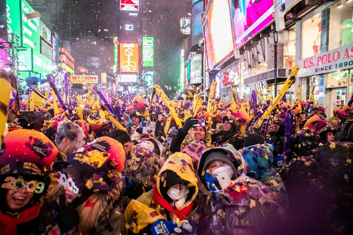 Kutlama sırasında alana şemsiye getirilmesine izin verilmedi.