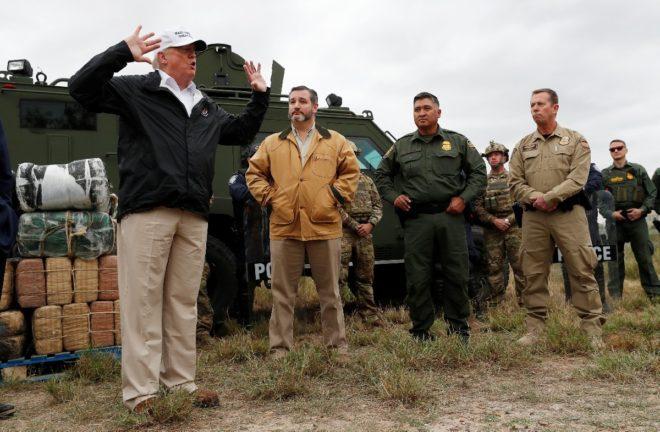 Trump askerlerle bir araya geldi.