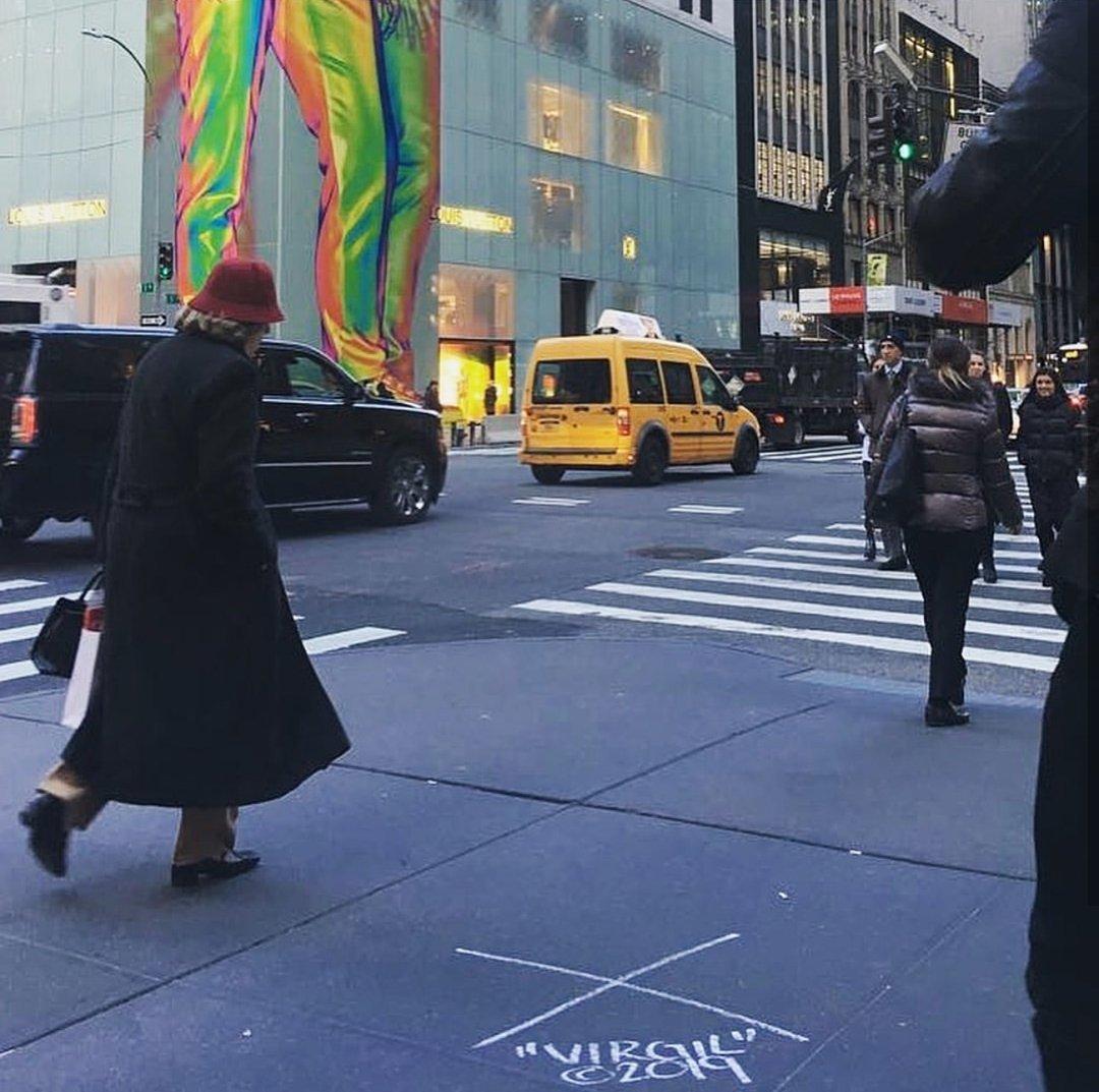 Abloh yukarıdaki holografik mankenin düzgün görülebilmesi için kaldırıma işaret koydu.