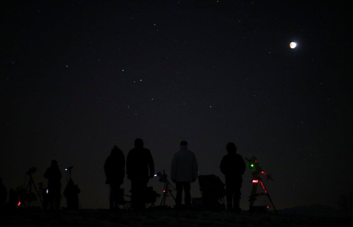 Avusturya'nın başkenti Viyana'da çok sayıda insan teleskoplarıyla Ay tutulmasını bekledi.