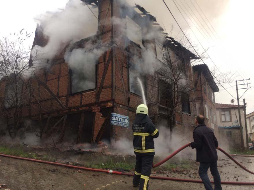 FOTO: AA- Düzce'nin Akçakoca ilçesinde tarihi mahallede bulunan 2 katlı tarihi konak tamamen yanarak kullanılmaz hale geldi