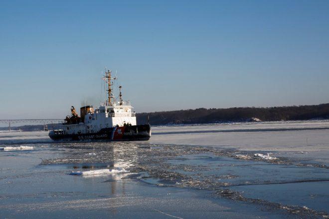 New York'ta Hudson Nehri'ndeki buzları kırmak için ekipler çalışıyor.
