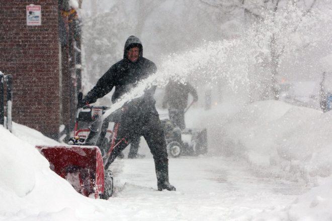 New York'ta karla mücadele eden bir vatandaş.