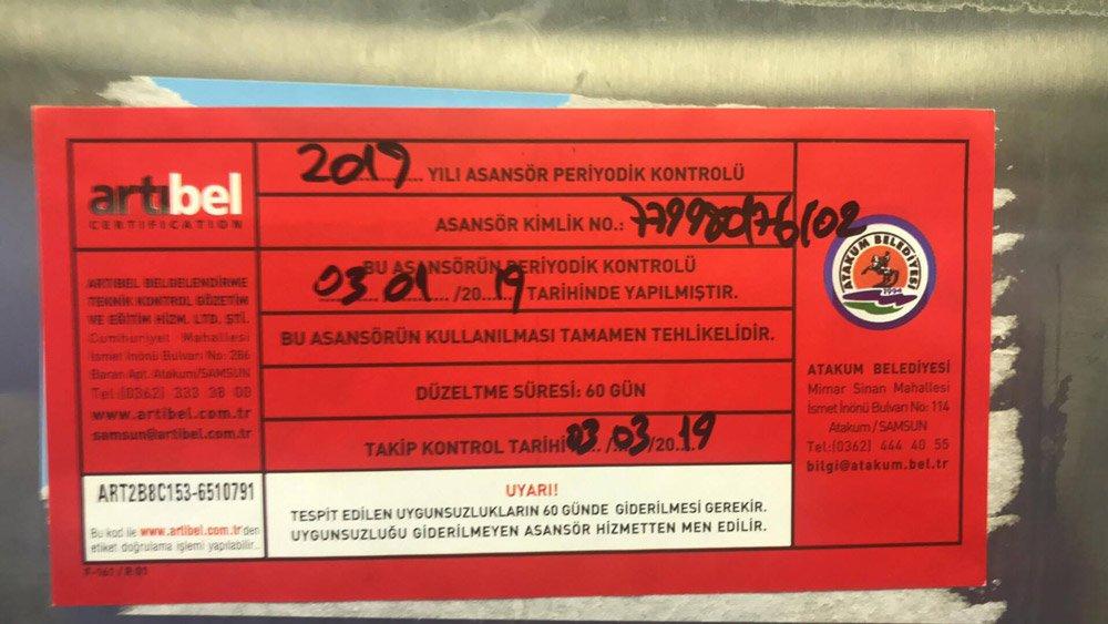 FOTO:SÖZCÜ - Asansöre bu uyarı etiketi yapıştırıldı.