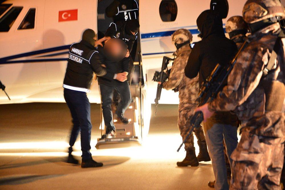 FOTO:DHA - Erzurum'da ele geçirilen 1 ton 535 kilogram eroinle ilgili gözaltına alınanlar film gibi operasyonla İstanbul'dan getirilmişti.