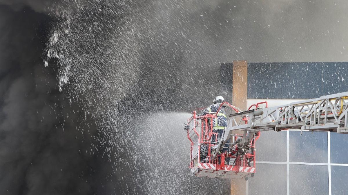 Fabrikada korkutan yangın: Yaralı işçiler var