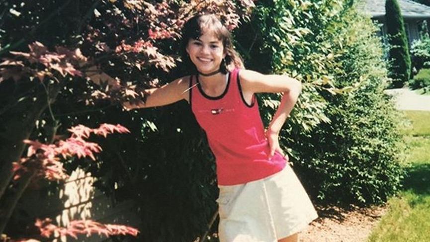 Chrissy Teigen'in çocukluğunu Selena Gomez'e benzettiler
