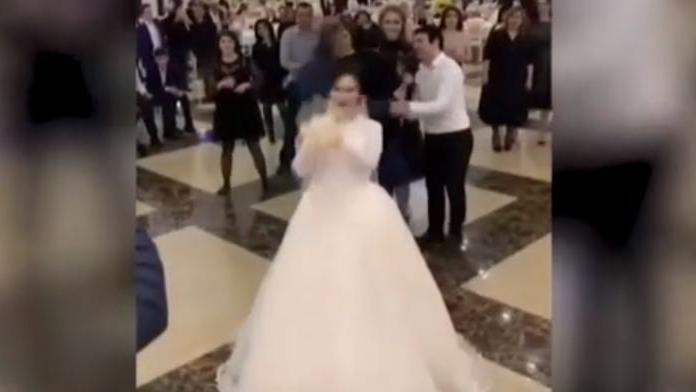 Düğünde atılan buket ortalığı karıştırdı: 2 kadın birbirine girdi