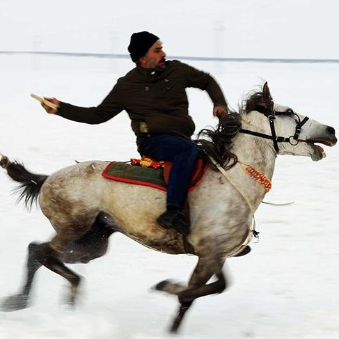 Kars'ta kar üzerinde cirit oyunu