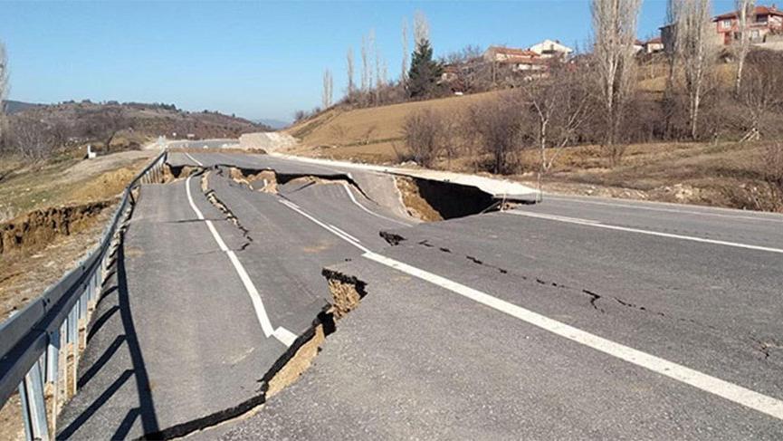 Kütahya'da çöken yol, 12 evde hasara yol açtı
