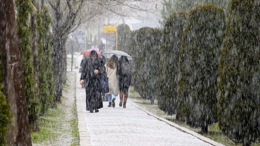 İstanbul'da sürpriz yağış! İstanbul'da okullar tatil olacak mı? | Meteoroloji'den hava durumu tahminleri