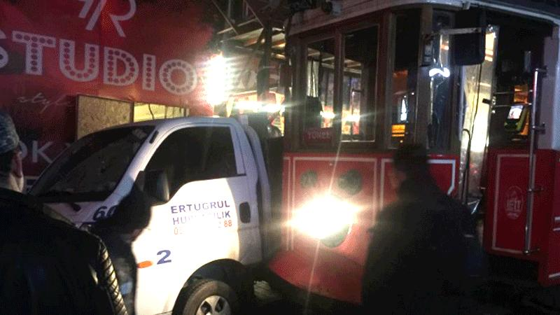 İstanbul İstiklal Caddesi'nde nostaljik tramvay kaza yaptı